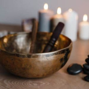 Massage Ambiente 1- Klangschale mit Kerzen und Steinen - feingehfuehl.de